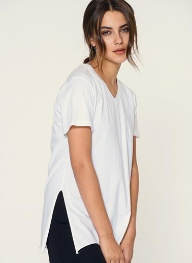 Loves You V Yaka Yırtmaçlı Viskon T-Shirt Beyaz